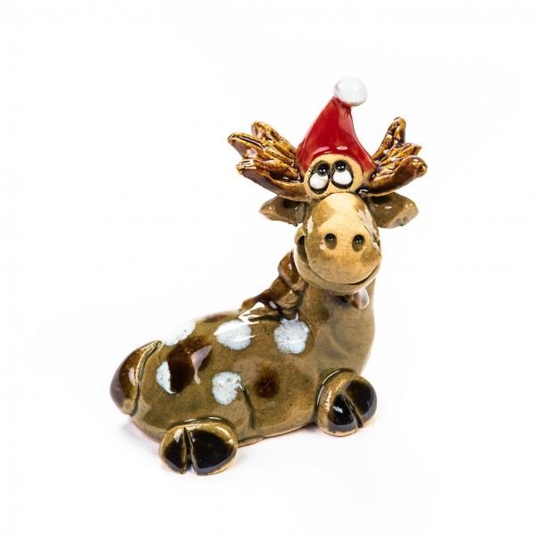 Keramik Minifigur - liegender Elch mit erhobenem Kopf und Weihnachtsmütze - gemischte Farben