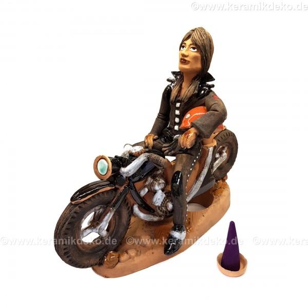 Motorradfahrerin. Eine Frau auf einem Motorrad. Räuchermännchen