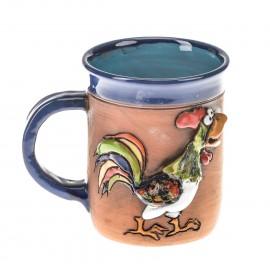 Blaue Keramiktasse mit einem Hahn