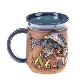 Blaue Keramiktasse mit einem Fisch