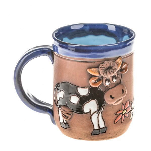 Blaue Keramiktasse mit einer Kuh