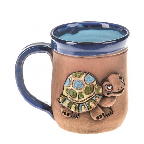 Blaue Keramiktasse mit einer Schildkröte
