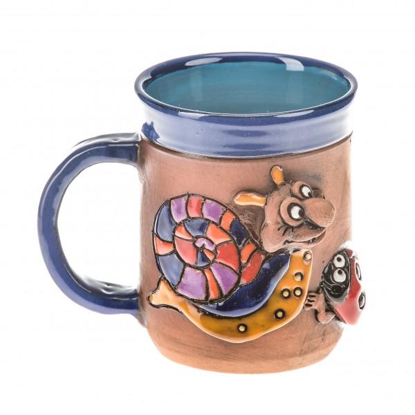 Blaue Keramiktasse mit einer Schnecke und einem Marienkäfig