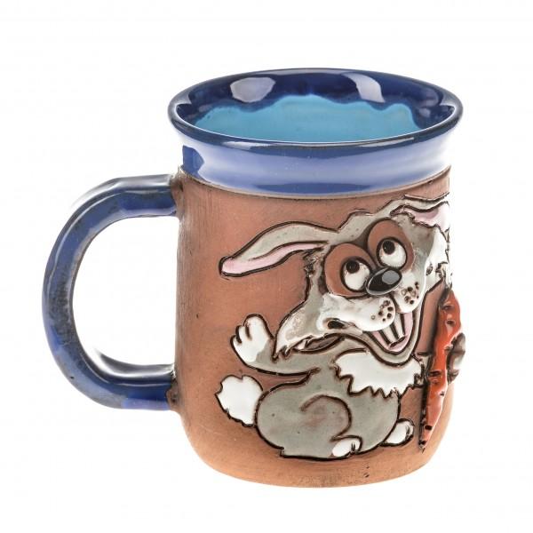 Blaue Keramiktasse mit einem Kaninchen und Karotte