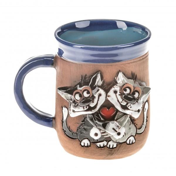 Blaue Keramiktasse mit einem Katzenpaar und kleinem Herz