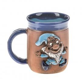 Blaue Keramiktasse mit einem blauen Schlumpf