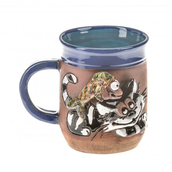 Blaue Keramiktasse mit einer Katze und einem Fisch