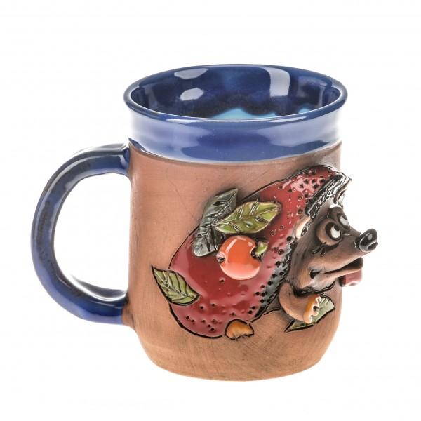 Blaue Keramiktasse mit einem roten Igel