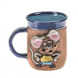 Blaue Keramiktasse mit einer Maus mit Hosen