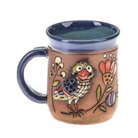 Blaue Keramiktasse mit einem Papagei auf einem Ast
