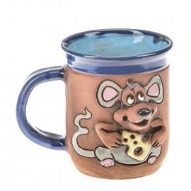 Blaue Keramiktasse mit einer Käse haltenden Maus