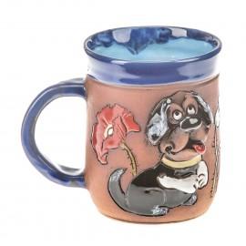 Blaue Keramiktasse mit einem Hund mit Mohn