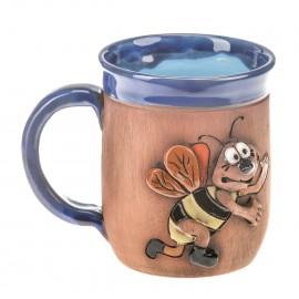 Blaue Keramiktasse mit einer Biene mit Schuhen