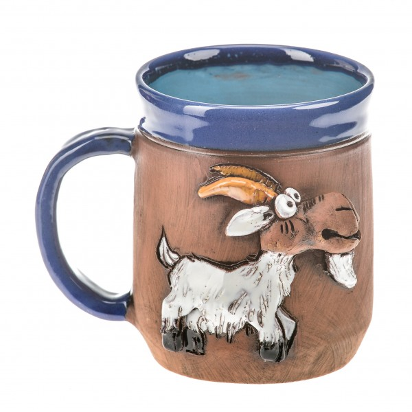 Blaue Keramiktasse mit einer weißen Ziege