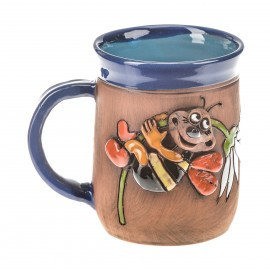 Blaue Keramiktasse mit einer Biene auf einer Blume