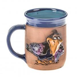 Blaue Keramiktasse mit einem Raben mit violetten Flügeln