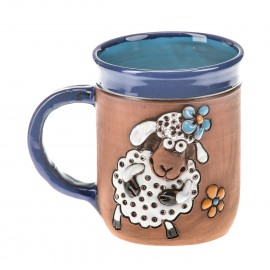 Blaue Keramiktasse mit einem Schaf und Blumen I