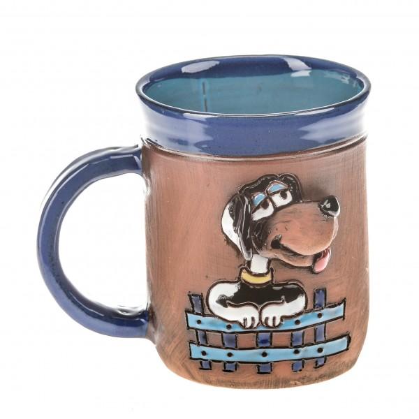 Blaue Keramiktasse mit einem eingezäunten Hund