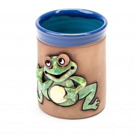 Blaue Keramiktasse mit winkendem Frosch