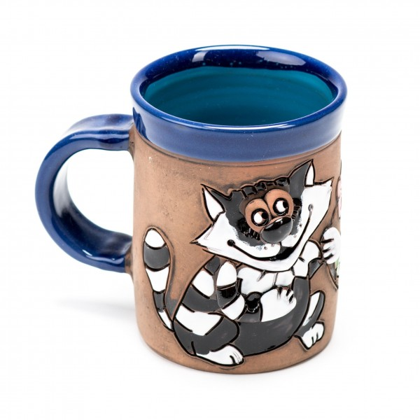 Blaue Keramiktasse mit einer Katze