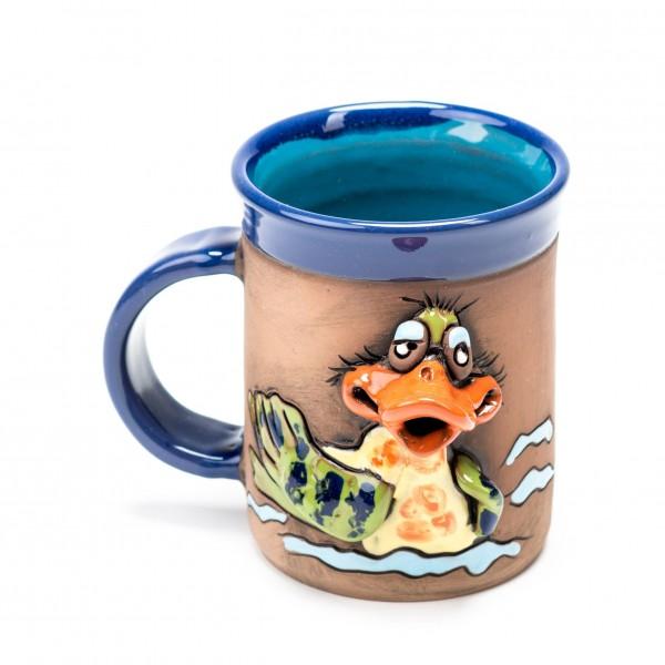 Blaue Keramiktasse mit einer Ente